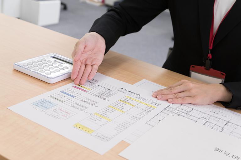 写真:資金計画書の説明をする女性