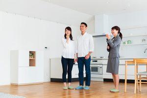 写真:夫婦に住宅案内をする担当者