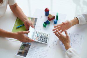写真:建築費用の説明をするプランナー